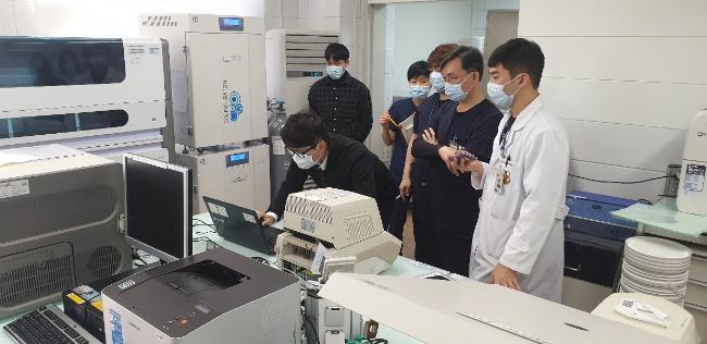 국군의무사령부 의무군수처 의공과 관계자들이 코로나19 진단검사 장비의 작동검사를 하고 있다.