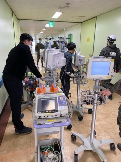 국군의무사령부 의무군수처 의공과 관계자들이 국군대구병원을 국가 감염병 전담병원으로 전환하기 위해 의무장비들을 이전설치하고 있다.