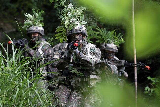 숲에서   육군사관학교 3학년 생도들이 지난 23일 육군보병학교 훈련장에서 하계군사훈련으로 마일즈 장비를 활용한 중소대 쌍방훈련을 하고 있다.  이경원 기자