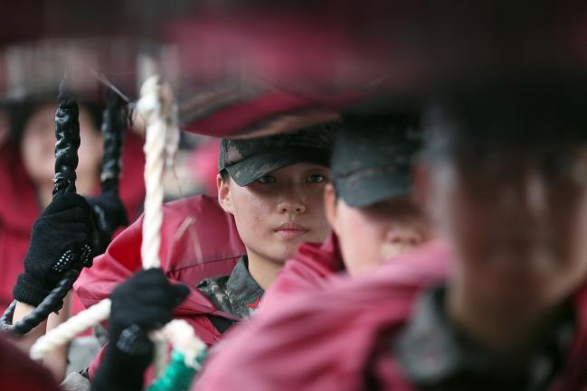 힘을 모아    268기 해군 부사관후보생들이 지난 27일 해군사관학교 연병장에서 진행된 소형고무보트(IBS·Inflatable Boat Small) 훈련에서 해안으로 나가기 전 고무보트를 머리 위로 들어 올린 채 이동하는 헤드 캐링(Head Carrying) 훈련을 하고 있다.  한재호 기자