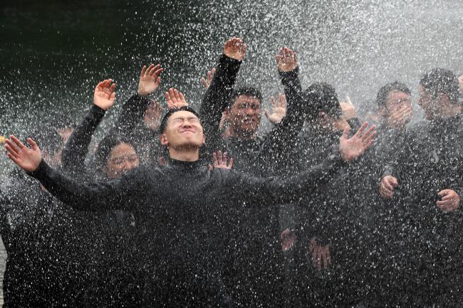마무리는 시원하게해군사관학교 2학년 생도들이 지난 9일 옥포만 해상에서 해상잠수훈련 후 잠수수트에 묻은 염분을 제거하며 하계군사실습의 성공적인 마무리를 만끽하고 있다.  한재호 기자