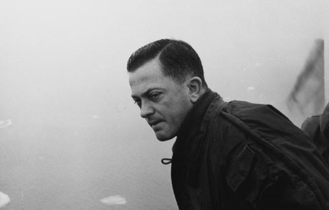 수면으로 부상, 북극해의 상태를 살피고 있는 노틸러스함장 윌리엄 핸더슨 대령. 미 해군 웹사이트