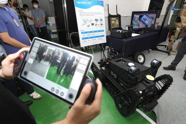 ADD 안흥사격장에서 공개된 자율터널탐사 로봇을 연구원이 원격 조종하고 있다. 사진=조종원 기자