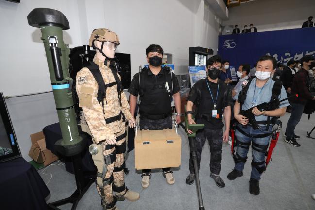 ADD 연구원이 연구개발 중인 군사용 웨어러블 로봇을 직접 착용한 뒤 시범을 선보이고 있다. 사진=조종원 기자