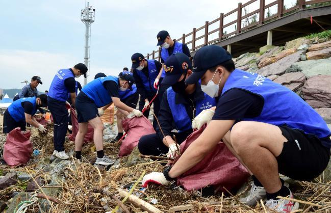 해군6항공전단 장병들이 6일 경북 포항시 남구 동해면 도구해수욕장 일대에서 제25회 바다의 날을 기념한 환경정화활동을 하고 있다. 사진 제공=김민석 상병