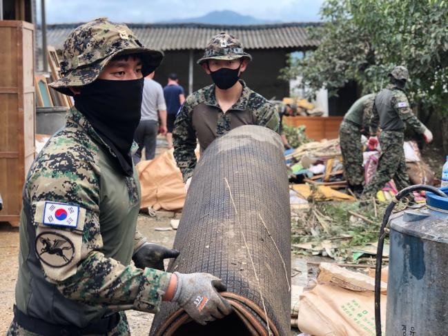 육군특수전사령부 천마부대 소속 특전장병들이 전북 남원 금지면에서 침수된 주택의 잔해와 가재도구를 정리하고 있다.  부대 제공