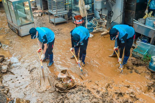 수해 복구 대민지원에 나선 공군1전투비행단  장병들이 피해 지역 일대에서 토사를 제거하고 있다.  사진 제공=유영열 하사