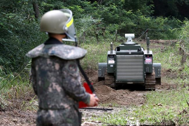 육군지상작전사령부 특수기동지원여단 김도연 중사가 무인·원격화 지뢰제거장비를 활용, 이번 집중호우로 하천 등이 범람해 지뢰가 유입됐을 가능성이 있는 곳에 대한 지뢰탐색작전을 전개하고 있다.  철원=조종원 기자