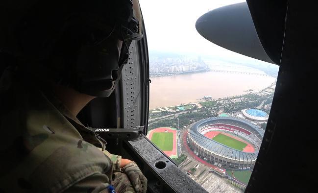 HH-60 헬기에 탑승한 공군6탐색구조비행전대 항공구조사가 13일 한강을 따라 비행하면서 실종자 수색작전을 펼치고 있다.  공군 제공