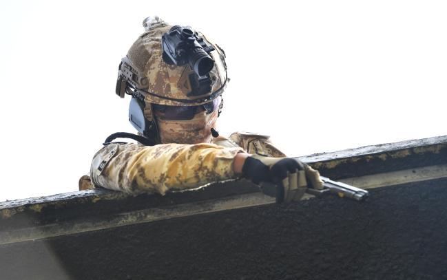 현재 해외 여러 나라들은 임무에 따라 개인 전투장비를 다르게 구성하는 방식으로 철삼각 극복에 나서고 있다. 사진은 워리어플랫폼을 착용한 아크부대 장병이 대테러 상황조치 훈련에서 권총을 활용하고 있는 모습.  인천=조용학 기자