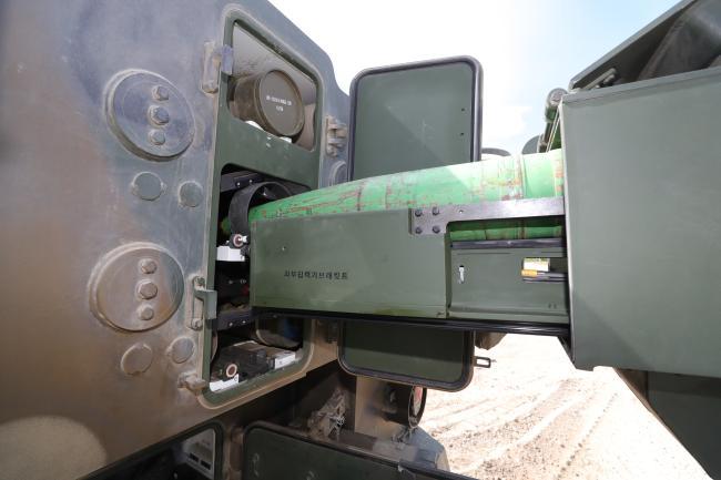 육군5사단 포병연대 명문대대 K10 탄약운반장갑차가 K9 자주포에 포탄을 보급하고 있다.