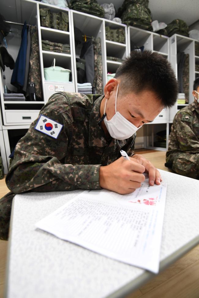 코로나19 확산으로 한가위를 앞두고도 장병들의 휴가·외출 등이 제한된 가운데 육군8군단 정보통신단 장병들이 28일 부모님께 100가지 감사내용을 담은 편지를 쓰고 있다.  조용학 기자