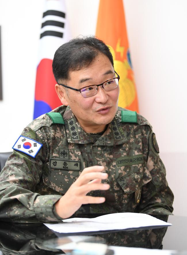 8군단 김용태(대령) 정보통신단장이 '충용 감사나눔 1·2·5' 운동을 통한 부대 내 변화상을 설명하고 있다. 사진=조용학 기자