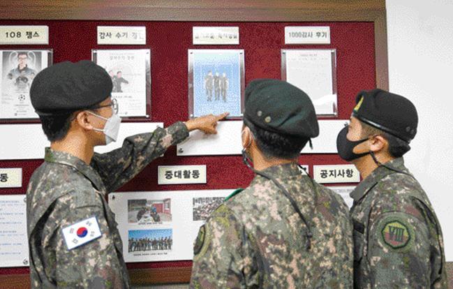 육군8군단 정보통신단 박정환(맨 왼쪽) 상병이 군단의 '충용 감사나눔 1·2·5운동'의 일환으로 진행 중인 슬기로운 독서생활 공모전 내용을 신병들에게 설명하고 있다. 사진=조용학 기자