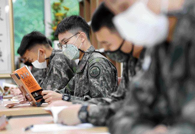 8군단이 충용 감사나눔 1·2·5 운동의 하나로 월 2권 독서 캠페인을 전개 중인 가운데, 장병들이 영내 북카페에서 책을 읽고 있다. 사진=조용학 기자
