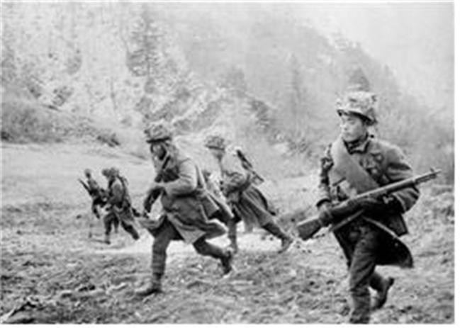 지난 1968년 울진·삼척지구 무장공비 소탕 작전에 투입된 3군단 장병들이 작전지역으로 이동하고 있다.