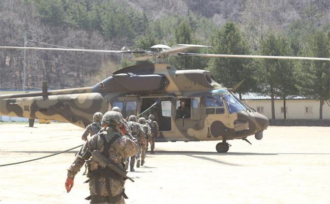 3군단 장병들이 한국형 기동헬기 '수리온'을 활용한 공중강습훈련을 하고 있다.