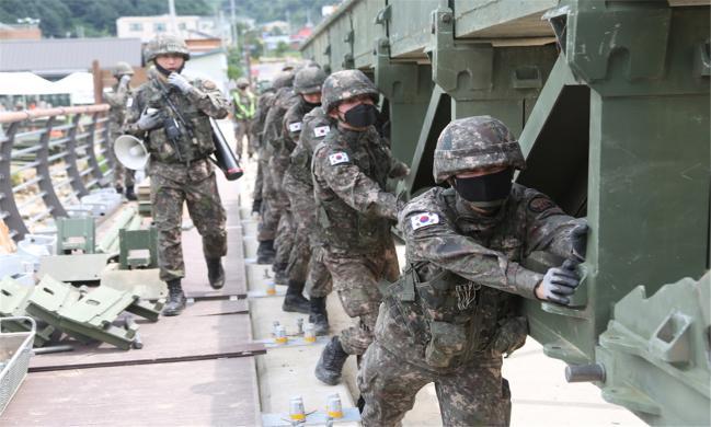 3군단 예하 3공병여단 장병들이 지난 여름 폭우로 침하된 양지교에 간편조립교를 구축하고 있다.
