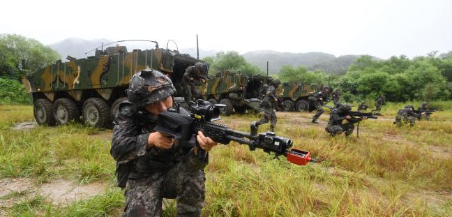 육군시험평가단이 육군25사단을 대상으로 '네트워크 기반 통합시험'에서 전술훈련을 검증하고 있고 있는 모습.  조용학 기자