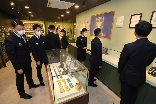 동아대학교 117학군단 후보생들이 학군단 내 역사관에서 전시자료를 둘러보고 있다.