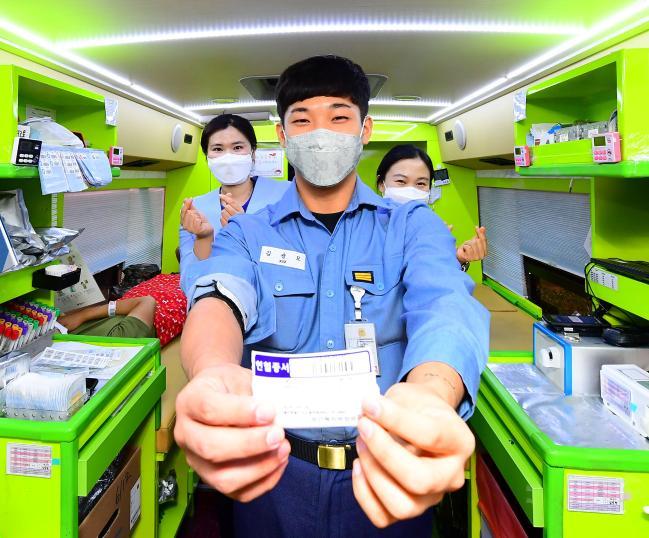 지난 26일 해군7기동전단 부대 내에서 실시한 사랑의 헌혈운동에서 김광모 상병이 헌혈을 마치고 헌혈증을 들어보이고 있다.  부대 제공