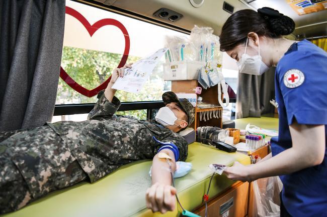 공군3방공유도탄여단의 한 장병이 혈액수급 안정화에 일조하기 위해 헌혈을 하고 있다. 사진 제공=오정록 병장