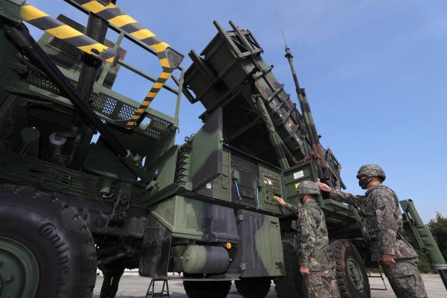 방공유도탄사령부 예하 8630부대 발사대 조원들이 28일 충남 보령 사격지원대에서 '패트리어트' 미사일을 발사하기 전 장비를 점검하고 있다.