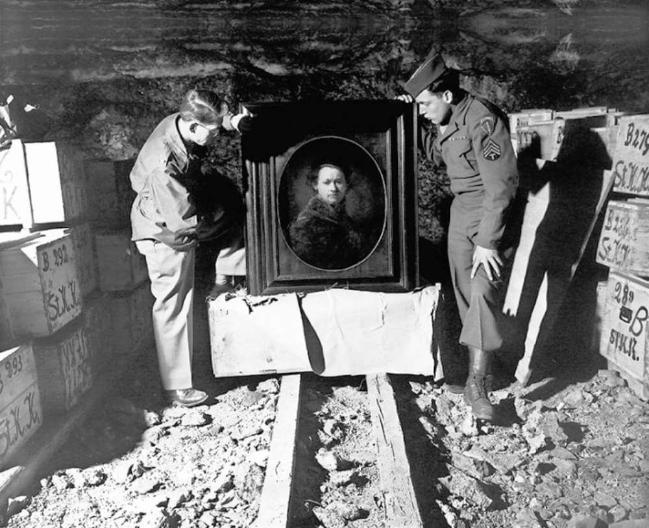1945년 5월 3일 모뉴먼츠 멘의 데일 포드(왼쪽) 중위와 해리 에틀링거(오른쪽) 병장이 독일의 하일브론 소금 광산에서 렘브란트의 작품을 발견한 사진.   사진=www.npr.org