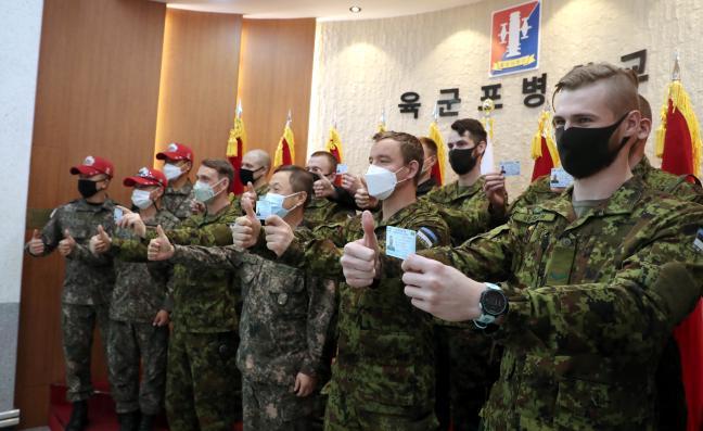 궤도장비 운전면허증을 취득한 에스토니아군 장병·군무원들이 포병학교 관계관들과 기념사진을 찍고 있다.
