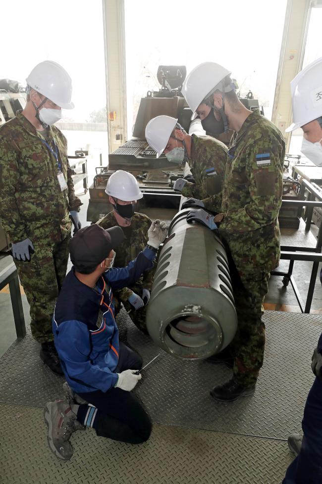 에스토니아군 장병들이 K9 자주포 정비교육 중 포구 제퇴기 분리 절차에 대한 설명을 듣고 있다.