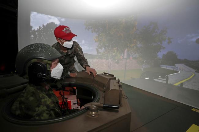 에스토니아군 장병이 K9 자주포 조종능력 배양을 위한 시뮬레이터 교육을 받고 있다.