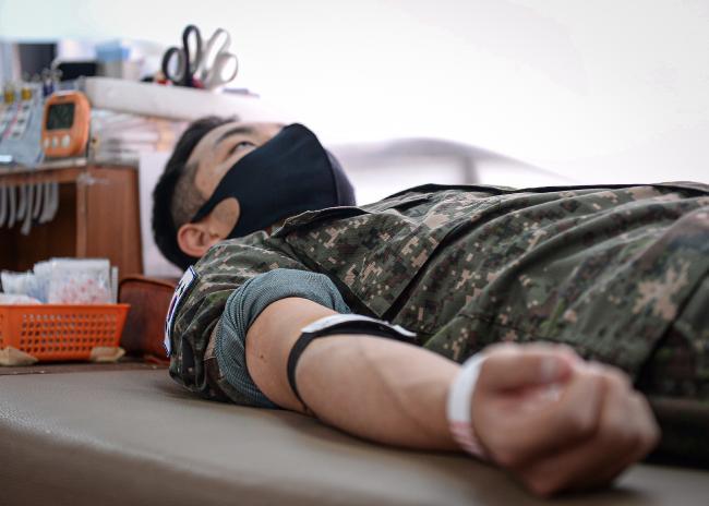 공군16전투비행단 장병이 헌혈에 참여하며 이웃사랑을 실천하고 있다.  사진 제공= 백승열 상사