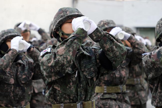육군3사단에 배속된 신병이 백골의식 중 백골잔에 물을 담아 마시며 선배 전우의 혼을 이어가겠다는 결의를 다지고 있다. 부대 제공