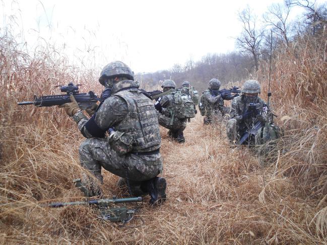 육군1사단 장병들이 작전지역에서 철통과 같은 경계작전을 펼치고 있다. 부대 제공