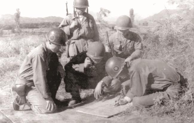 1952년 8월 김일성고지(734고지) 전투에 참가한 육군2사단 장병들이 작전계획을 하달받고 있다. 734고지 전투에서의 활약에 힘입어 2사단은 한국군 최초 한미 대통령 동시 부대표창 부대로 선정됐다. 부대 제공