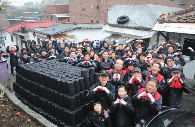 대한민국ROTC중앙회봉사단 회원들이 연말연시를 맞아 연탄나눔 봉사활동을 하고 있다.