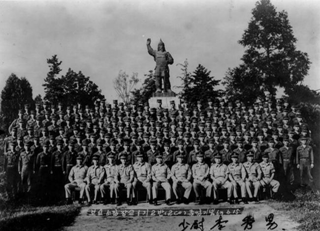 1963년 학군 1기 출신들이 임관 후 당시 광주 육군보병학교에서 훈련을 마친 뒤 기념 촬영하고 있는 모습.