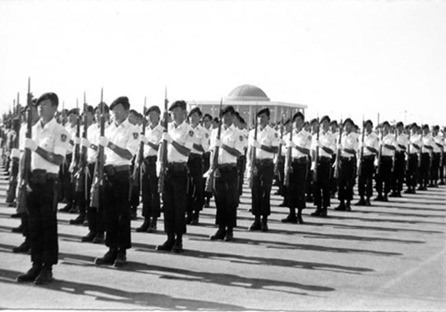1974년 4학년 학군사관후보생들(학군 13기)이 국군의 날 시가행진을 하고 있다.