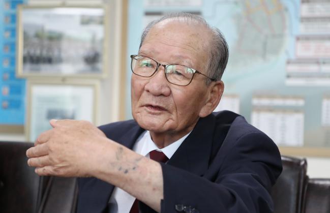 김기열 옹이 70년 전 자신이 겪은 6·25전쟁에 대해 이야기하고 있다.