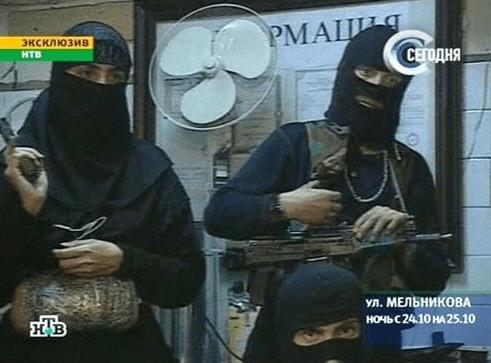 모스크바 국립극장 인질극을 벌인 체첸 반군들.  연합뉴스