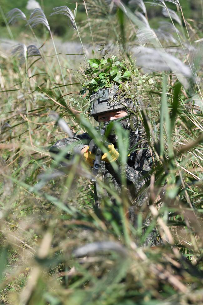 육군보병학교 신임장교 지휘참모과정 20-2기 교육생이 전남 장성군 야외훈련장에서 진행된 국지도발 대비작전에서 매복 훈련을 하고 있다. 조용학 기자