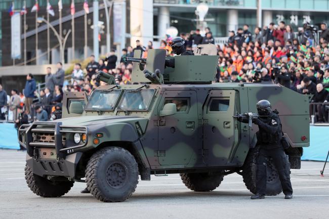 한국도 테러로부터 안전지대가 아니라는 인식 아래, 미·영처럼 국가차원의 테러 대응 전략을 수립해야 한다는 의견이 나오고 있다. 사진은 지난해 한·아세안 특별 정상회의 대비 국가 대테러종합훈련에서 육군특수전사령부 요원들이 국제테러단체의 테러 상황을 가정하고 출동하는 모습.  국방일보 DB