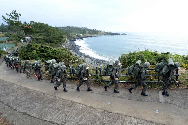 해군사관학교 1·3학년 생도들이 지난 16일부터 3박4일간 제주도에서 완전무장 행군훈련을 하고 있다.  해사 제공