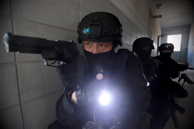 육군수도군단 군사경찰단 특임중대원들이 대테러훈련 중 가상의 테러범들을 제압하기 위해 건물 내로 진입하고 있다.  사진 제공=손민석 주무관