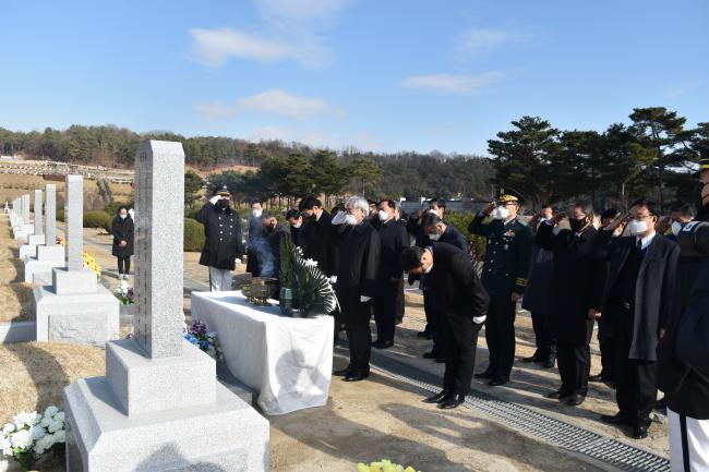 2일 고(故) 백선엽 장군의 묘역을 찾은 육군협회 권오성(맨 앞줄 가운데) 회장과 임직원, 육군본부 박동철(소장) 인사사령관이 참배하고 있다.  육군협회 제공