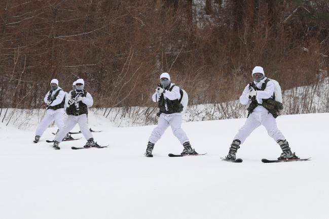 육군특수전사령부 독수리부대 악돌이대대 특전요원들이 11일 강원도 평창군 황병산 일대에서 '설한지 극복 훈련'의 일환인 전술스키훈련을 하고 있다.  조종원 기자