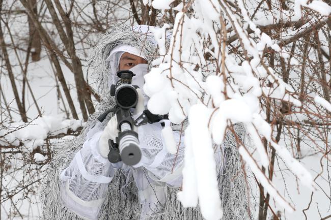 육군특수전사령부 독수리부대 악돌이대대 특전요원이 11일 강원도 평창군 황병산 일대에서 '설한지 극복훈련'의 하나인 저격 훈련을 하고 있다.