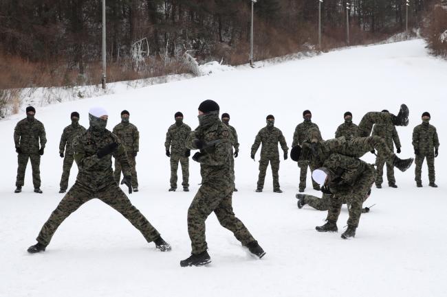 특전요원들이 설한지 극복훈련의 일환으로 특공무술을 하고 있다. '일격필살'이라는 말에 맞게 요원들의 공격은 빠르고 정확했다.