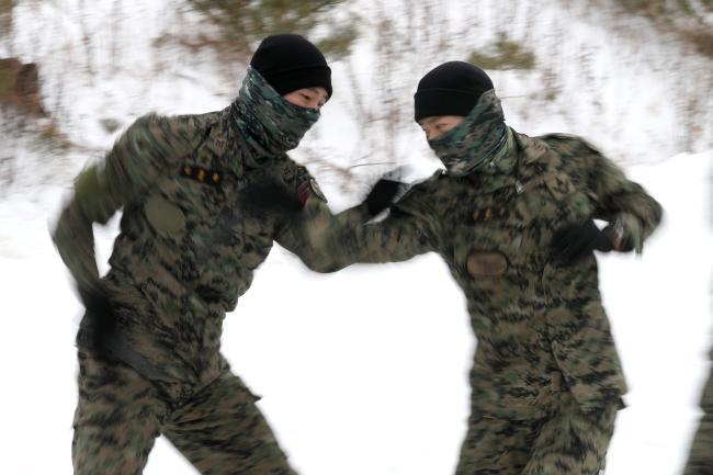 특공무술에서 특전요원들은 보이지 않을 만큼 빠르게 대검을 휘둘렀다.