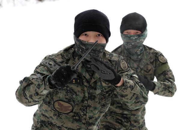 특공무술 훈련 중인 특전요원이 준비자세를 취하며 교관의 지시를 기다리고 있다.